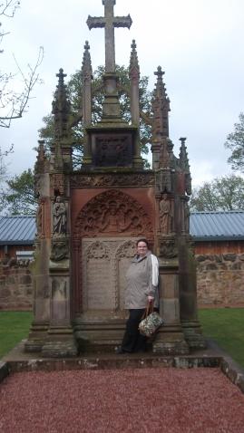 Ein Grabmal bei Rosslyn Chapel.....