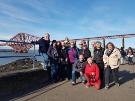 Clan of McMalts vor der Forth Bridge in South Queensferry